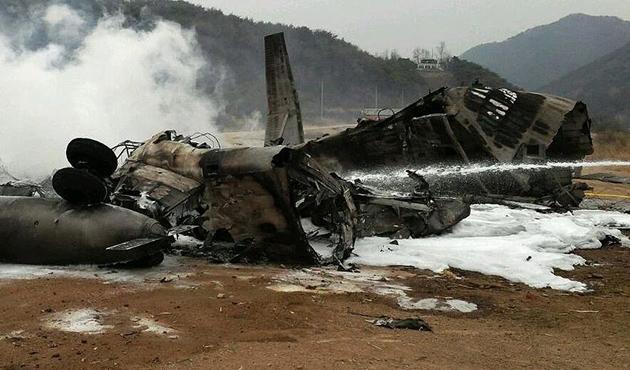 İngiltere'de uçak ile helikopter havada çarpıştı