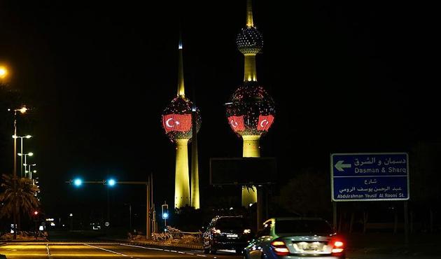 Kuveyt'in sembol kuleleri kırmızı beyaz renklere büründü