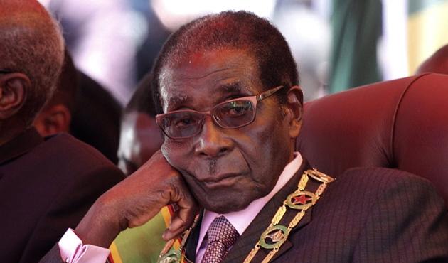 Zimbabve'yi 37 yıl yöneten Mugabe, askeri müdahaleyle devrildi