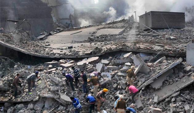Hindistan'da yangın çıkan fabrika çöktü: 11 ölü