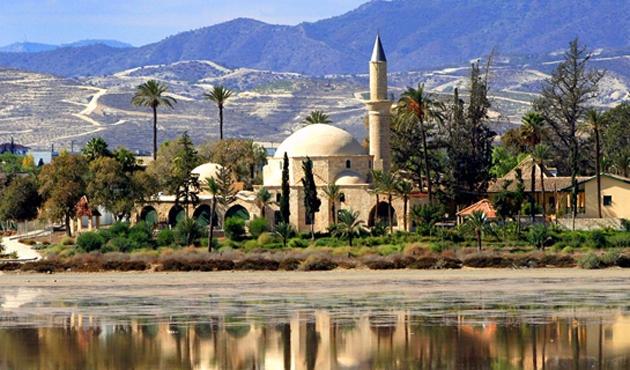 Güney Kıbrıs'ta Hala Sultan Tekkesi'ndeki örtü çalındı