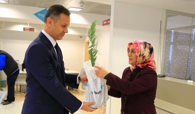 Türk Telekom ofislerine gidenlere fidan veriliyor