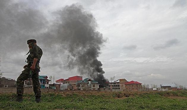 Cammu Keşmir'deki çatışmada 3 direnişçi ve 1 asker öldü