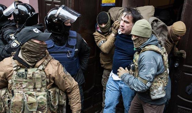 Taraftarları gözaltındaki Saakaşvili'nin serbest kalmasını sağladı