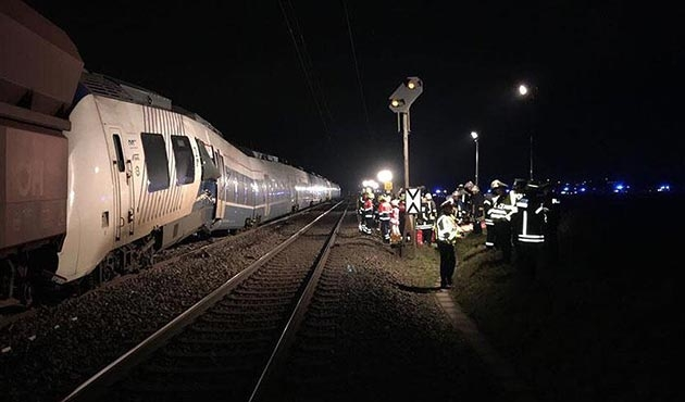 Almanya'da iki tren kafa kafaya çarpıştı: 41 yaralı
