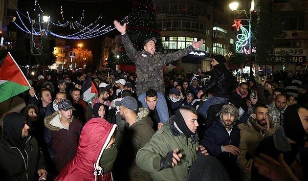 On binlerce Filistinli Kudüs için meydanlarda