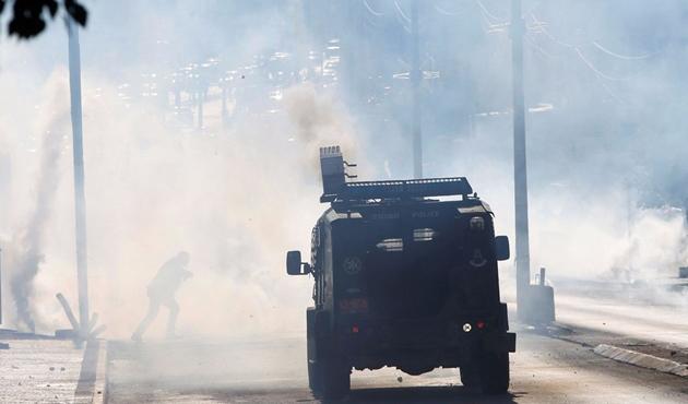 İsrail güçleri, Mescid-i Aksa'da Cuma sonrası gerçek mermilerle saldırdı