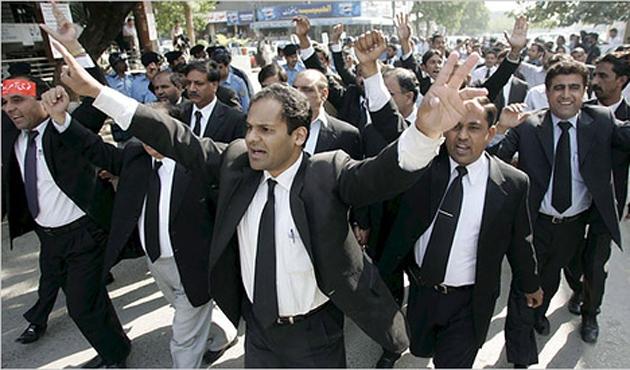 Pakistan'da avukatlar adliye bastı