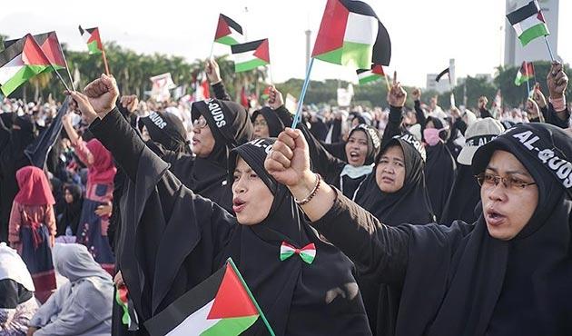 Endonezya'da on binlerce kişi Kudüs için sokakta