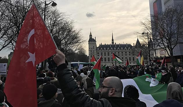 Paris'te yüzlerce kişi ABD'nin Kudüs kararını protesto etti