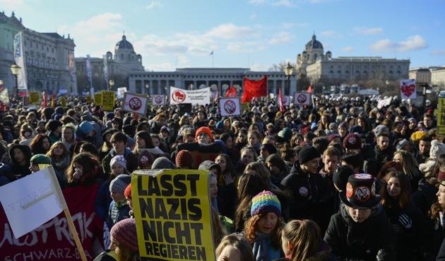 Avusturya'da göçmen karşıtı hükümet, göreve başladığı gün protesto edildi
