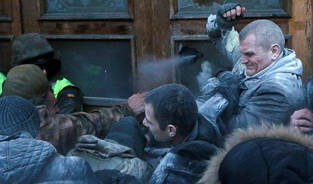 Saakaşvili'nin destekçileri kamu binasını bastılar