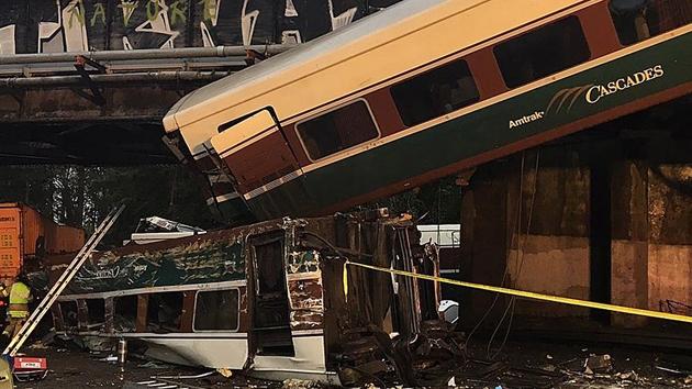 ABD'de tren raydan çıkarak karayoluna girdi: 3 ölü, 100'den fazla yaralı