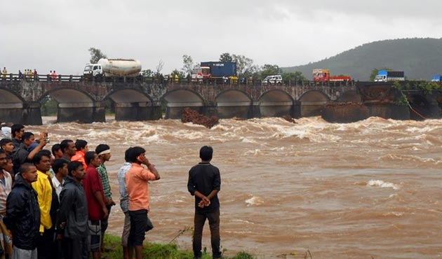Hindistan'da yolcu otobüsü nehre uçtu: 32 ölü