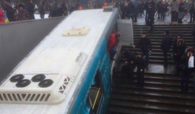 Moskova'da otobüs alt geçide girdi