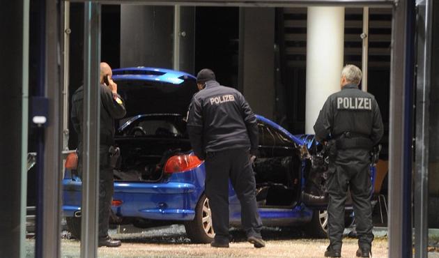 Almanya'da bir araç SPD merkezine girdi