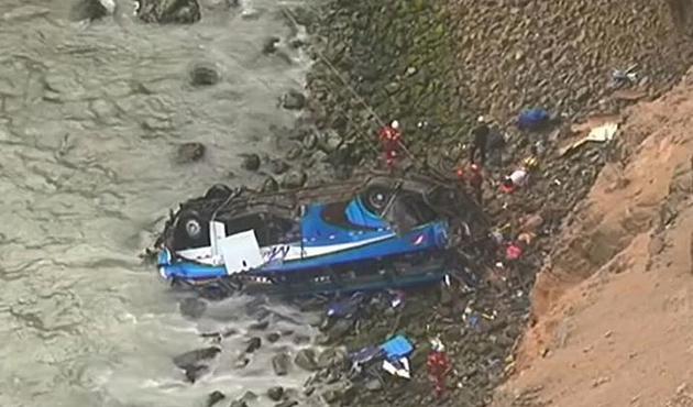 Peru'da yolcu otobüsü uçuruma yuvarlandı: 48 ölü