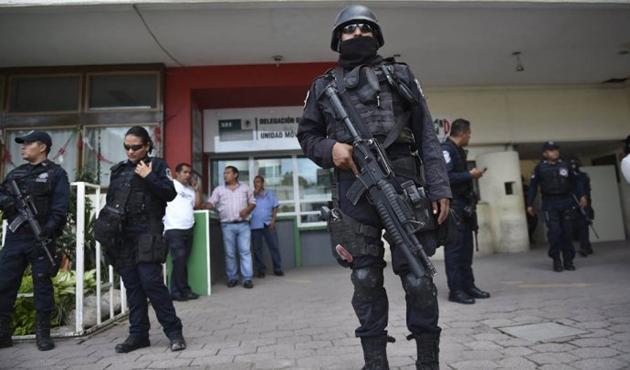 Meksika'nın bir kentinde ordu polisin silahlarına el koydu