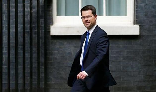 İngiltere'nin Kuzey İrlanda bakanı istifa etti