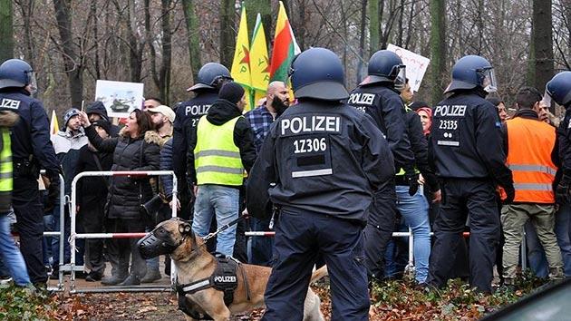 Berlin'de taşkınlık yapan PYD/PKK yandaşlarına polis müdahalesi
