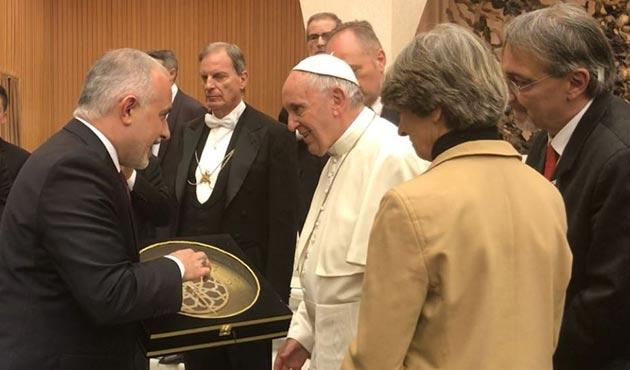 Kızılay Başkanı Kerem Kınık'tan Papa'ya anlamlı hediye