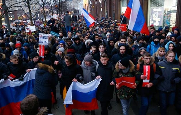 Rusya'da seçimleri protesto eden binlerce kişi sokaklarda