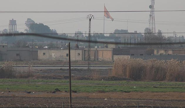 Tel Abyad'a PKK/PYD'nin bez parçaları asıldı