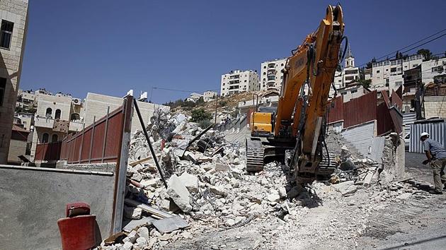İşgal güçleri Filistinlilere ait iki binayı yıktı