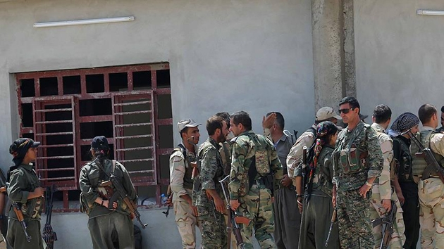 Afrin'de DEAŞ'lıları bırakan PYD/PKK sivilleri hapsediyor