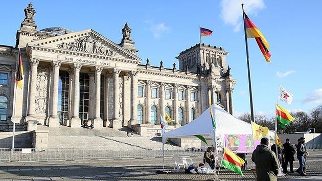 PYD/PKK yandaşları Alman Meclisi önünde çadır kurdu!