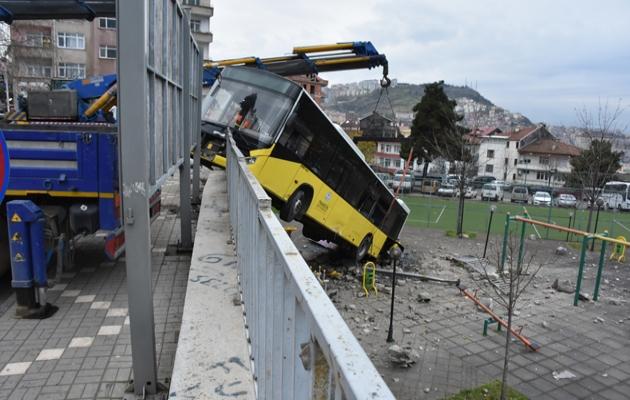 Faciadan dönüldü... Belediye otobüsü çocuk parkına düştü