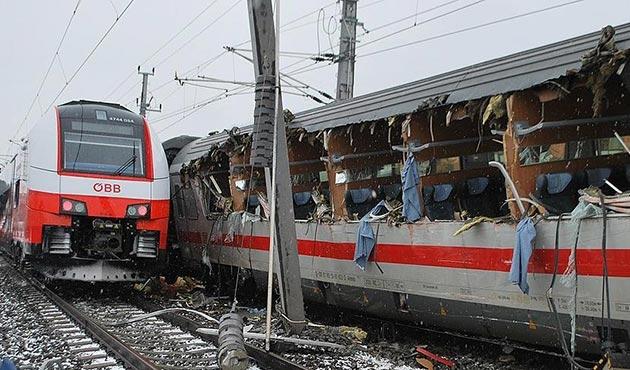 Avusturya'da yolcu trenleri çarpıştı: 1 ölü, 22 yaralı