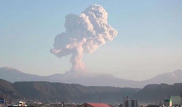 Japonya'da şiddetli yanardağ patlamaları