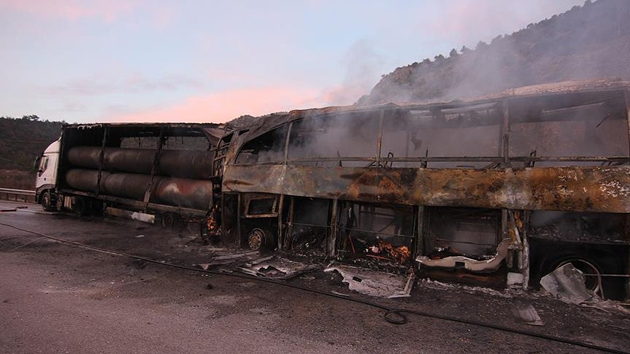 Çorum'da park halindeki TIR'a çarpan otobüs alev aldı: 13 ölü