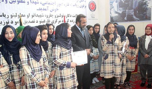 Afganistan'da 6 ay süren TİKA kursunu bitiren kadınlara sertifika