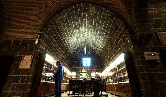 Yazma eser kütüphanesinde binlerce eser var