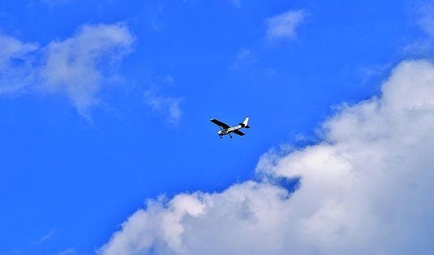 Kolombiya'da askeri havalimanına gitmek için havalanan uçak otobana indi