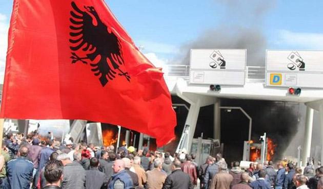Arnavutluk'ta otoyol özelleştirmesine sert tepki