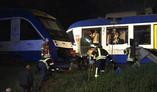 Almanya'da meydana gelen tren kazasında 2 ölü, 14 yaralı