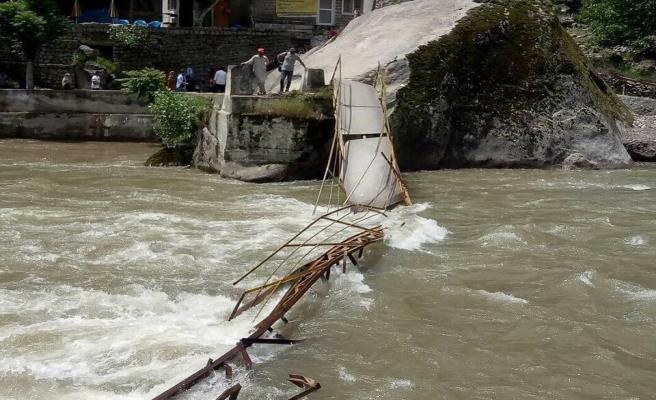 Keşmir'de köprü çöktü: 5 ölü, 11 kayıp