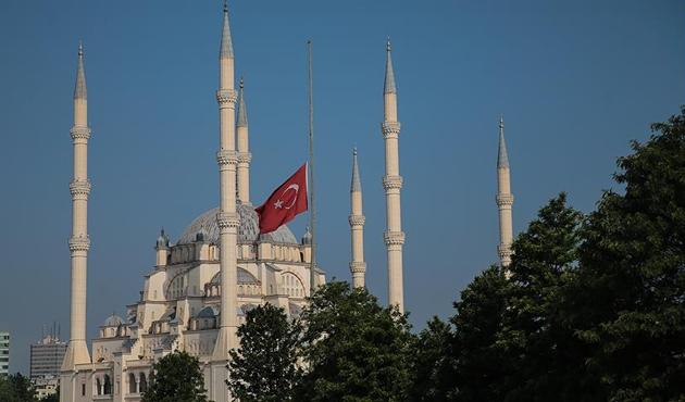 Milli yas nedeniyle bayraklar yarıya indirildi