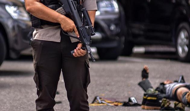Endonezya'da polis merkezine bıçaklı saldırı: Ölü ve yaralılar var