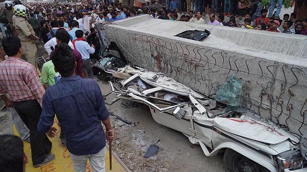 Hindistan'da üst geçit çöktü: En az 18 ölü