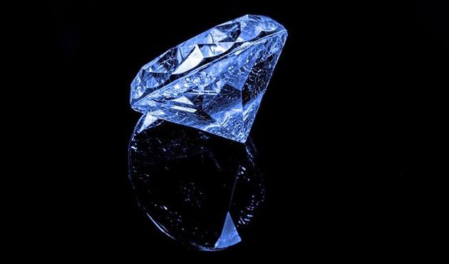 Mavi elmas 6,7 milyon dolara alıcı buldu