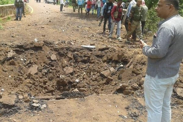 Hindistan'da yola yerleştirilen bomba infilak etti