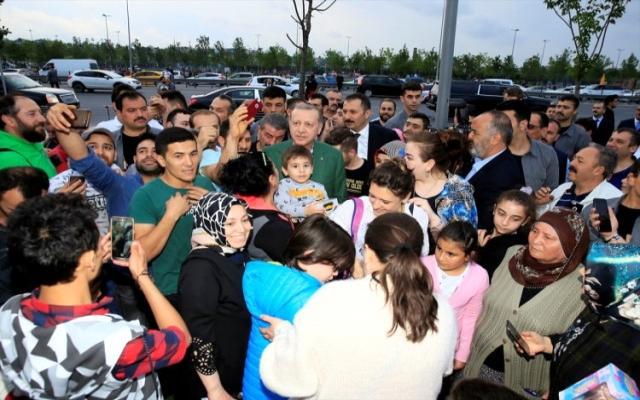 Sahilde iftarı bekleyen vatandaşlara Erdoğan'dan sürpriz ziyaret