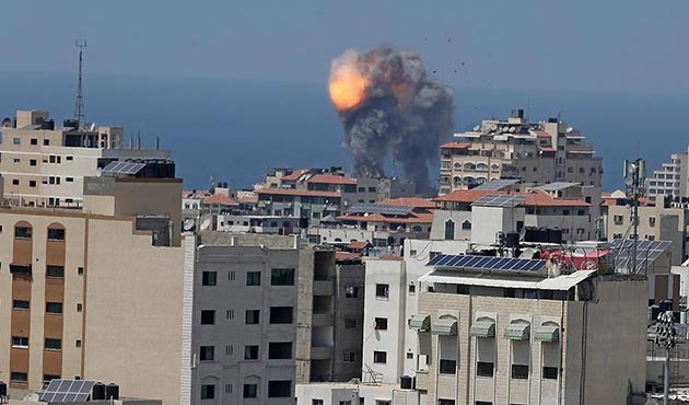 İsrail Gazze'de Hamas'a ait hedefleri vurdu