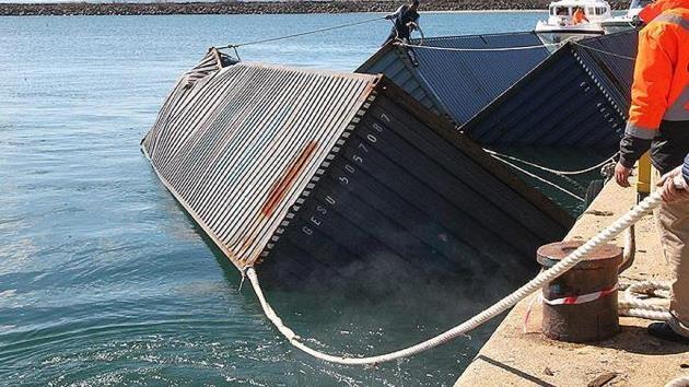 Gemiden düşen 83 konteyner canlıları tehdit ediyor