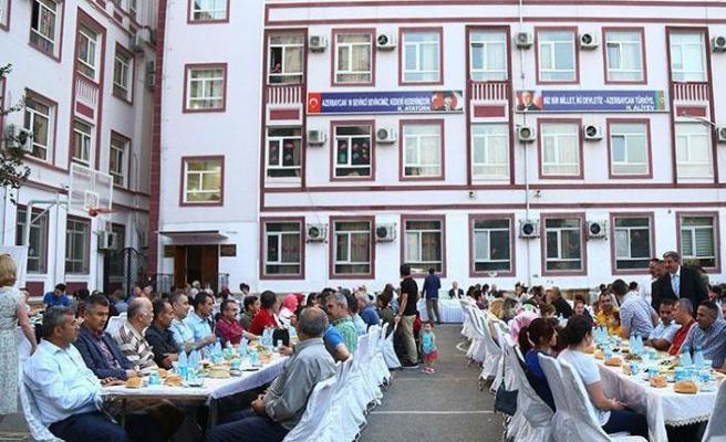 Bakü Türk Okullarından mahalle halkına iftar