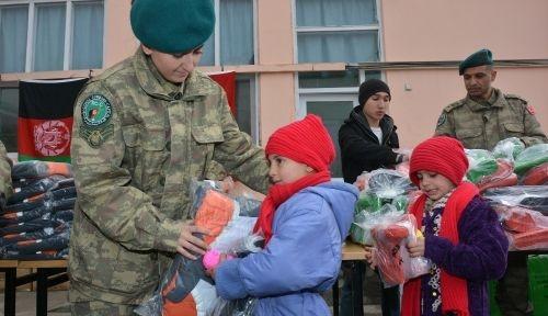 Afganistan'daki Türk birliğinden savaş mağduru ailelere yardım
